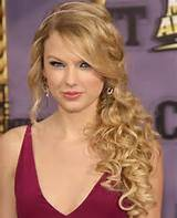 taylor-swift-long-curly-hair-in-side-ponytail-for-prom.jpg