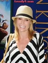 Julie Bowen wears a casu hairstyle 2014