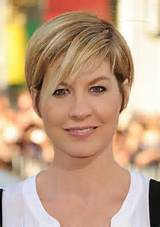 Jenna Elfman Hairstyles:Short Straight Haircut with Side Swept Bangs ...